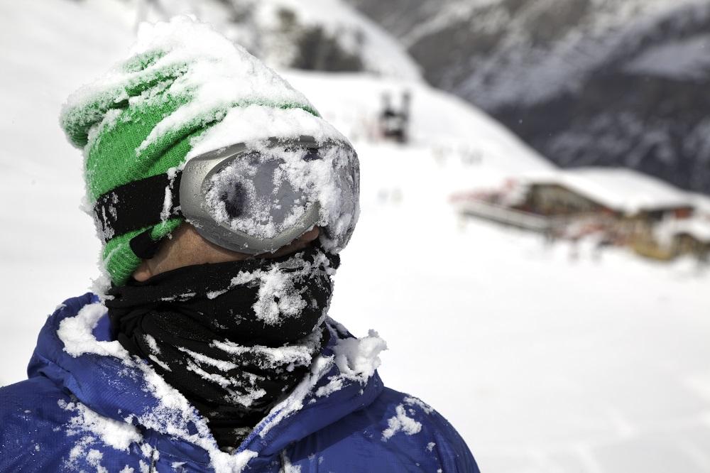 Un esquiador en la nieve