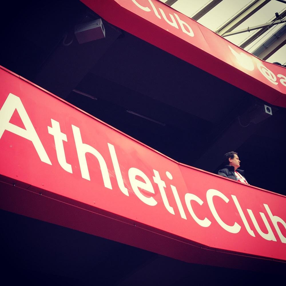 Hincha del Athletic en una tribuna de San Mamés