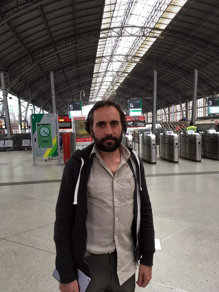 Endika Abia en la estación de Abando (Bilbao)