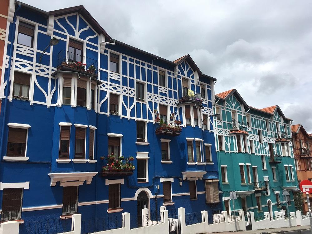 Casas de colores en el barrio de Iralabarri (Bilbao), hoy // BI FM
