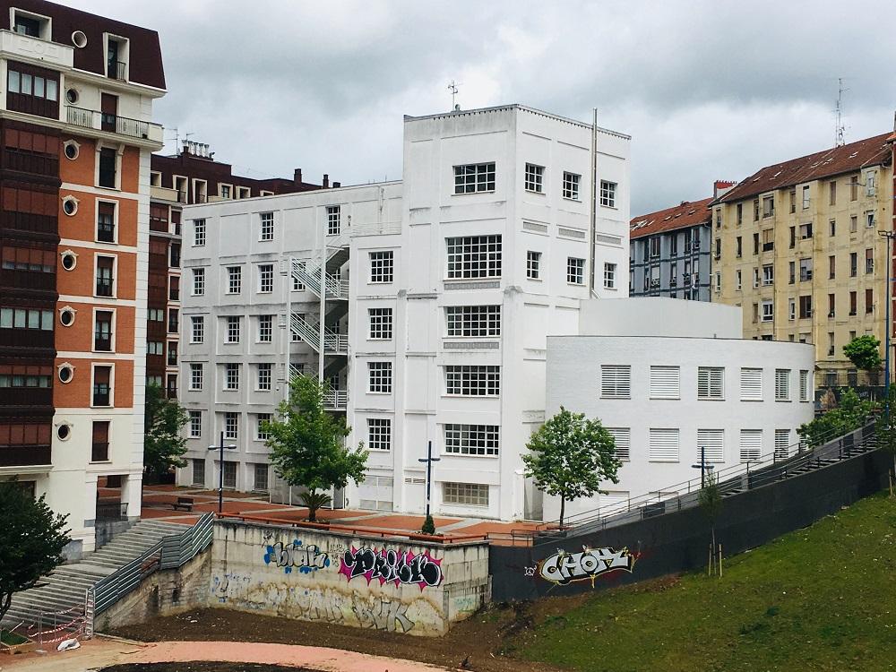 Edificio de Harino Panadera en el barrio de Iralabarri (Bilbao)