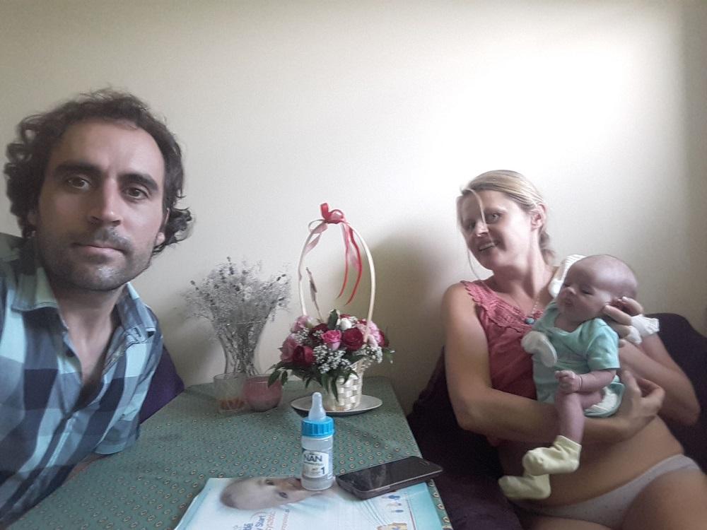 Endika Abia y Agnieszka, con Izadi