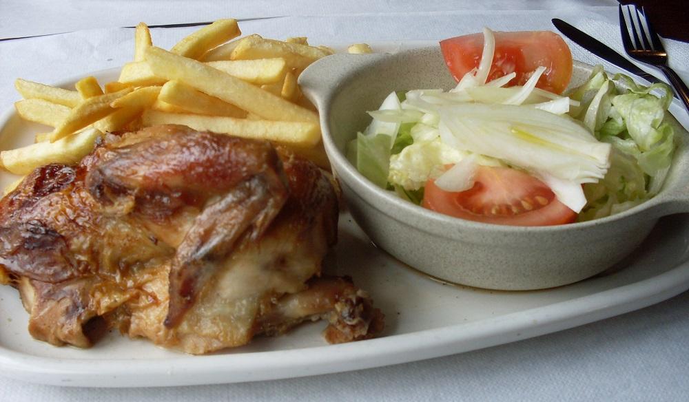 Pollo asado, patatas y ensalada