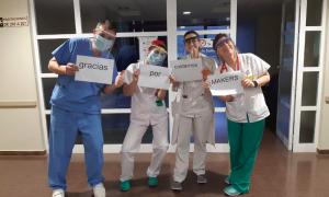Sanitarios agradeciendo su labor a los makers en la crisis del coronavirus